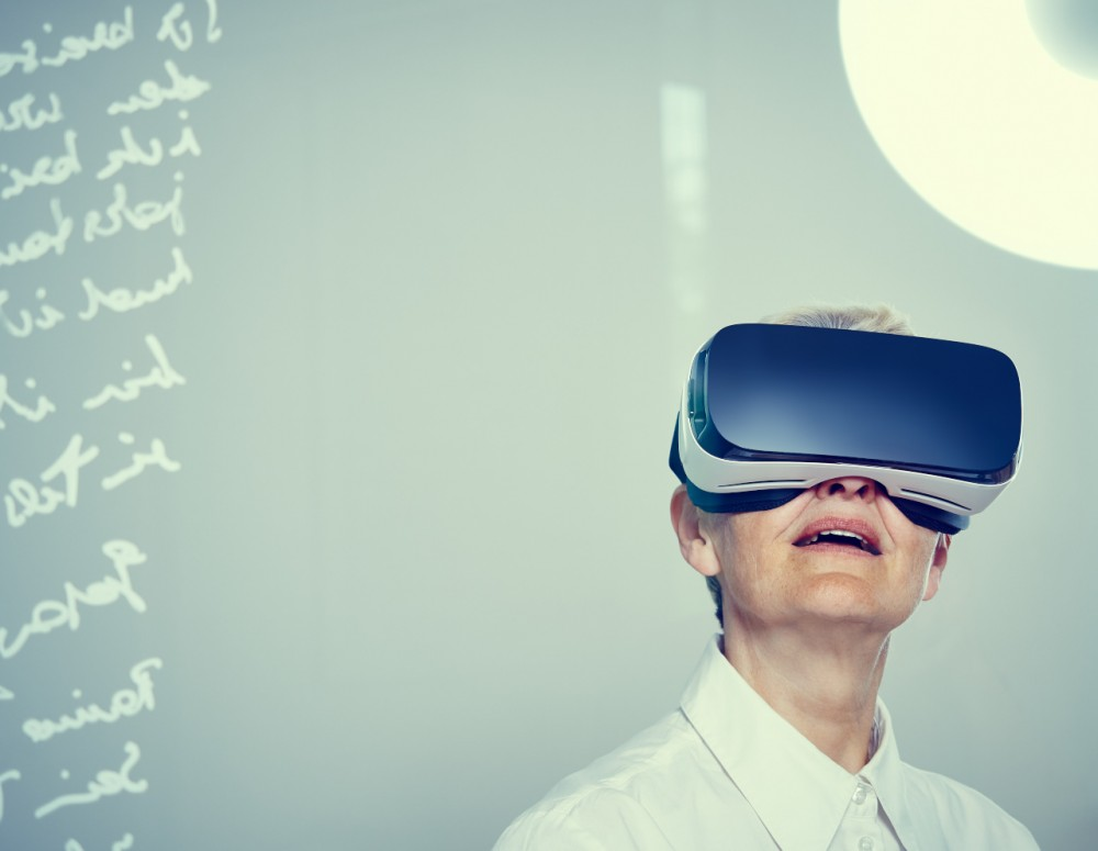 Reife Frau, VR-Brille, Studio